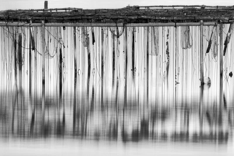 Image minimale et noire et blanche d'une structure dans le secteur du delta d'Axios photos libres de droits