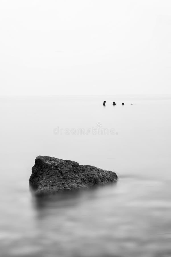 Image minimaliste de paysage de ruine de naufrage dans le noir et le wh de mer photographie stock