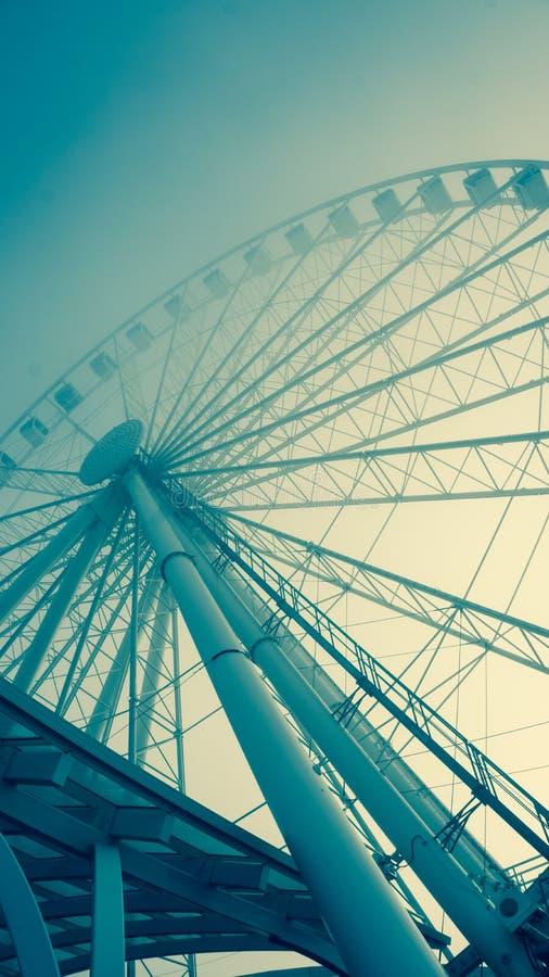 Image modifiée la tonalité bleuâtre d'une grande roue de ferris photos stock
