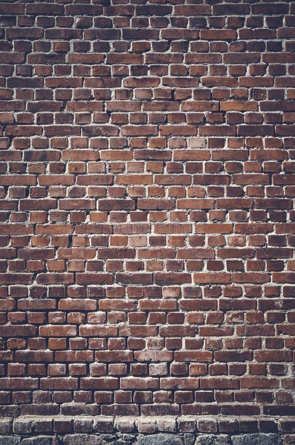 Image modifiée la tonalité par couleur d'un mur de briques foncé image stock
