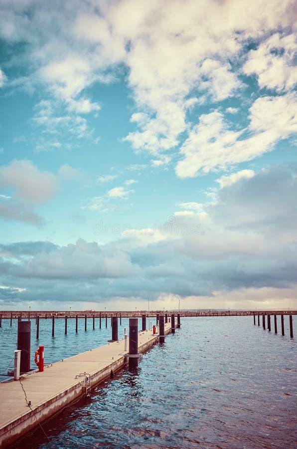 Image modifiée la tonalité par couleur d'une marina vide photo libre de droits