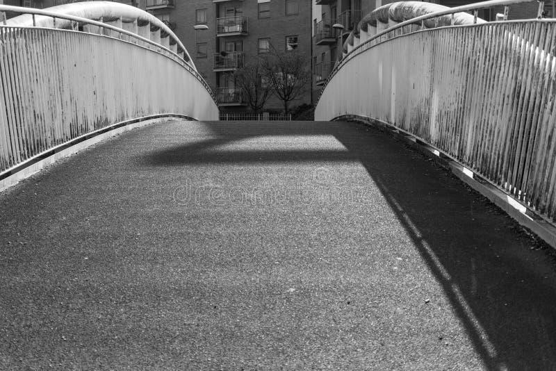Image monochrome d'une passerelle photographie stock