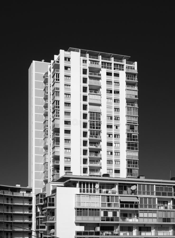 Image monochrome de 1970 résidences en béton et de tour avec des balcons photo libre de droits