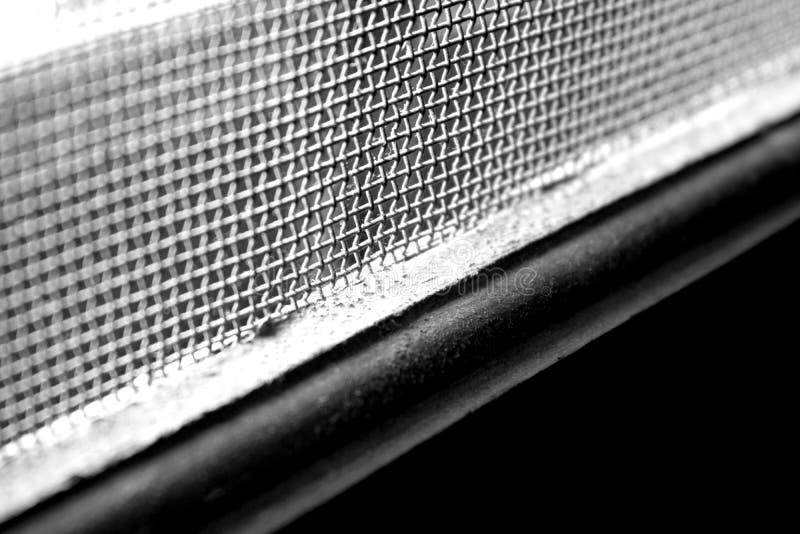 Image noire et blanche d'un carreau de fenêtre avec les grils en acier photos libres de droits