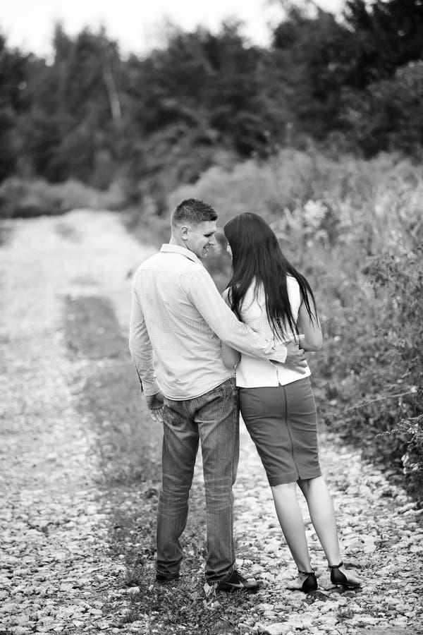 image noire et blanche d'un couple regardant l'un l'autre images libres de droits