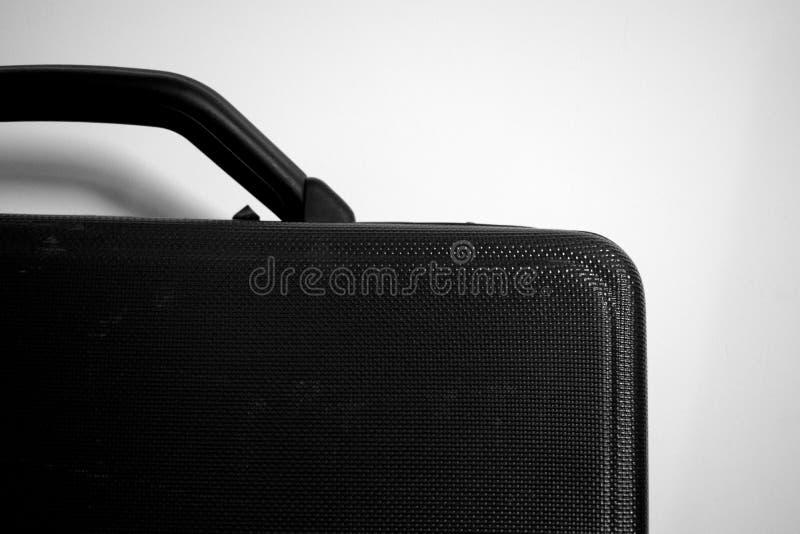 Image noire et blanche d'une caisse de costume avec le fond blanc photographie stock libre de droits