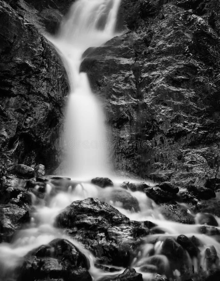 Image noire et blanche d'une cascade à écriture ligne par ligne images libres de droits