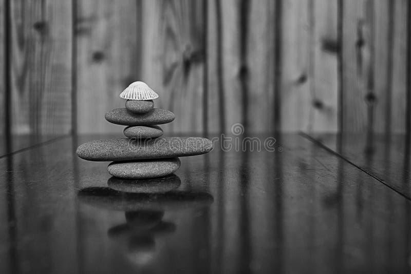 Image noire et blanche d'une pile des roches de Granit et d'un vieux coquillage images libres de droits