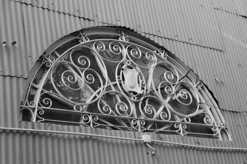 Image noire et blanche de forme de demi-cercle de maison de rayon du soleil photos libres de droits