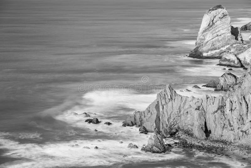 Image noire et blanche de littoral de l'Océan Atlantique photographie stock