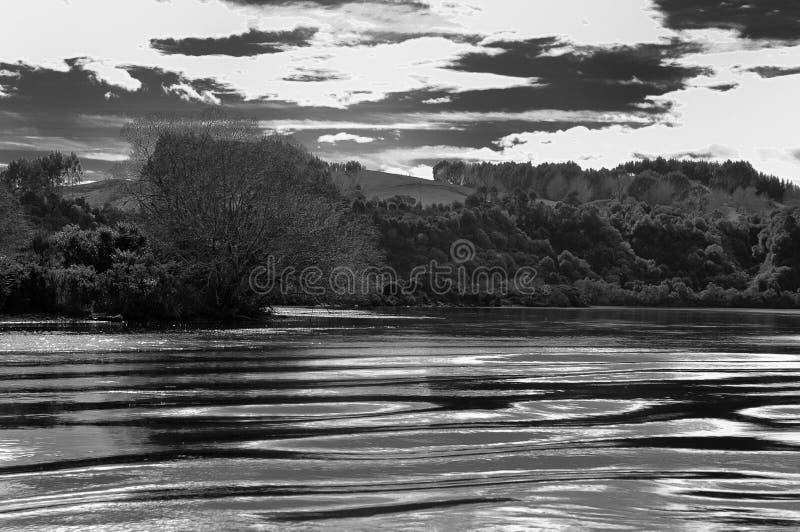 Image noire et blanche de rivière et de ses banques photo stock