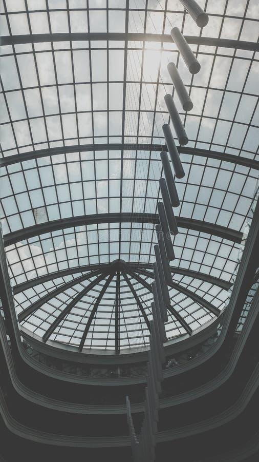 Image noire et blanche du d?me en verre et de la lumi?re de toit accrochant sur le plafond ? l'immeuble de bureaux moderne photo stock