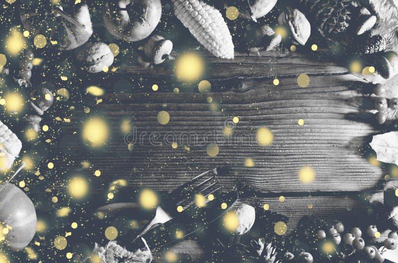 Image noire et blanche Fond de thanksgiving avec la neige en baisse d'or Potirons et divers fruits d'automne Vue avec l'ing saiso photographie stock libre de droits