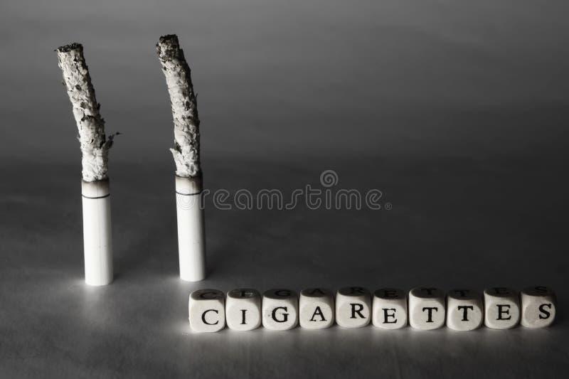 Image noire et blanche symbolique de la mort due aux cigarettes de tabagisme Inscriptions au sujet des cigarettes et de la mort images stock