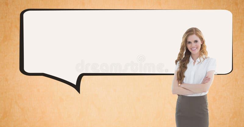 Image numérique de bulle se tenante prêt de la parole de femme d'affaires sur le fond orange image stock