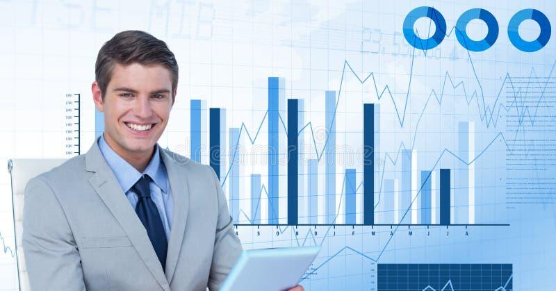 Image numérique de dispositif de participation d'homme d'affaires tout en se reposant contre des graphiques photographie stock libre de droits