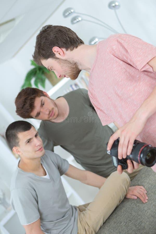 Image occasionnelle belle de contrôle de jeunes hommes sur l'appareil-photo image libre de droits