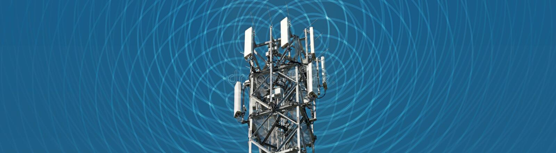 Image panoramique d'un grand mât de radio avec électrosmog visible photos libres de droits