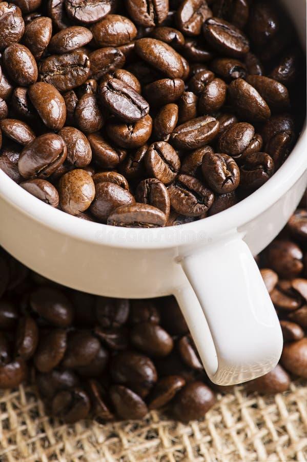 Image par tasse de grains de café photographie stock