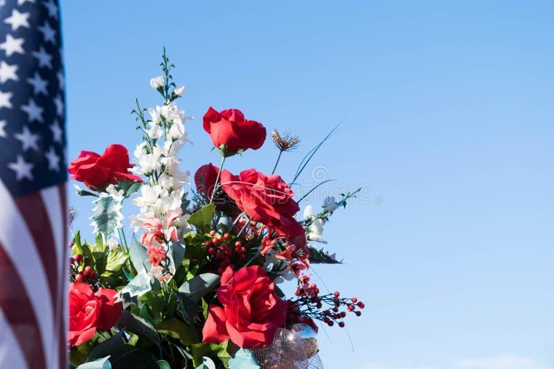 Image patriotique - fleurs et drapeau américain photos libres de droits