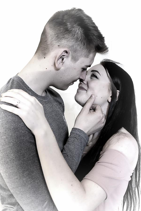 Image rêveuse des couples embrassant avec la bague de fiançailles sur la main gauche D'isolement sur le blanc photographie stock libre de droits