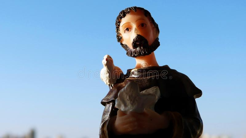 Image religieuse de St Francis d'Assisi en résine images stock