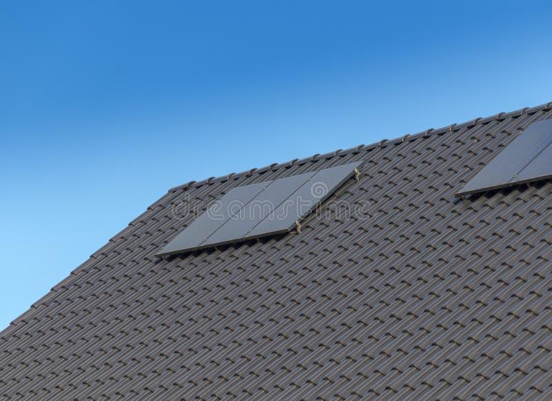 Image simple d'un toit avec les panneaux solaires, toit carrelé avec le panneau solaire photos stock