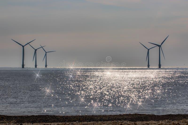 Image spirituelle légère divine Nouveau mode de vie d'énergie de substitution d'âge Turbines de vent, zone jaune images libres de droits