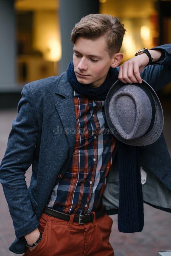 Image suffisante élégante sûre de mode de jeune homme photo libre de droits