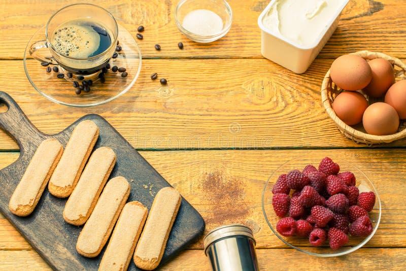 Image sur des ingrédients pour le tiramisu avec des framboises photos stock