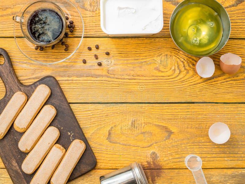 Image sur la table avec des biscuits de savoyardi, café photographie stock libre de droits