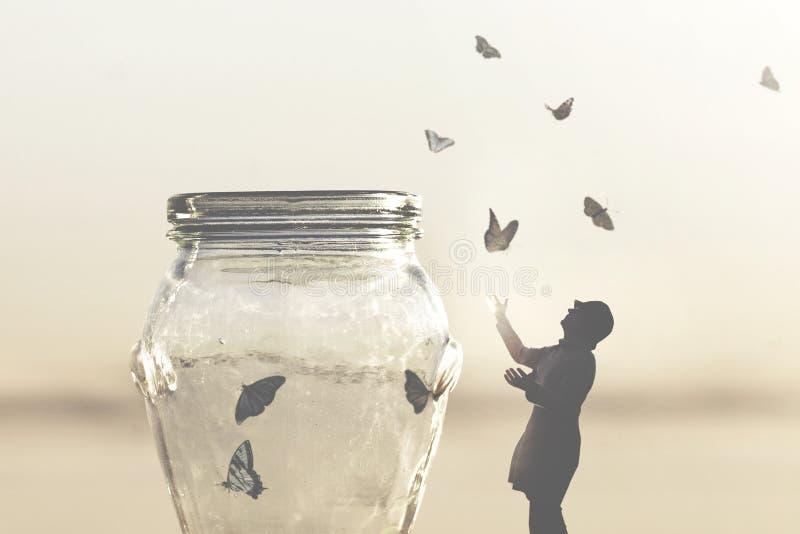 Image surréaliste d'une femme qui donne la liberté aux papillons captifs dans un vase photos stock
