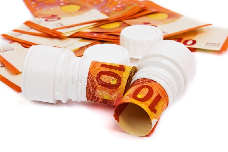 Image symbolique pour le coût élevé de médecine avec la bouteille de pilule photos stock