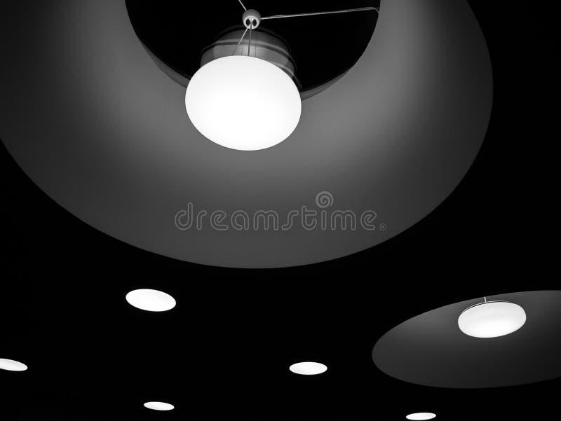Image trouble d'ampoule décorative de lampe de plafond en tant que fond abstrait images libres de droits