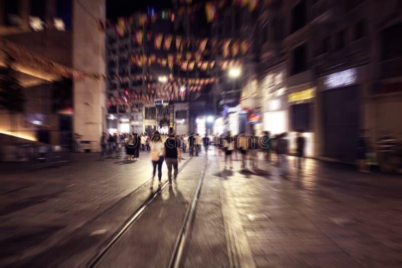 Image trouble de mouvement des personnes marchant sur la rue photo stock