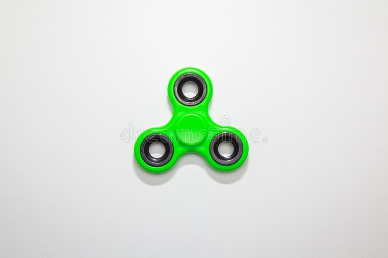 Image verte de jouet de fileur de doigt de personne remuante images stock