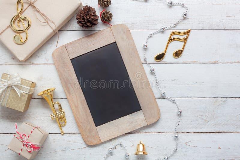Imagem aérea da opinião de tampo da mesa do Feliz Natal da nota & da decoração da música & do ano novo feliz fotografia de stock royalty free