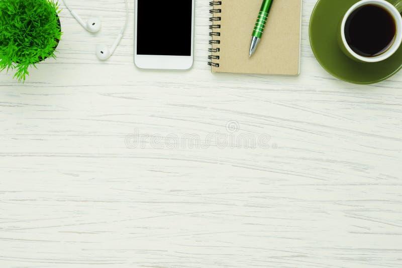Imagem aérea da opinião de tampo da mesa estacionária no conceito do fundo da mesa de escritório imagem de stock