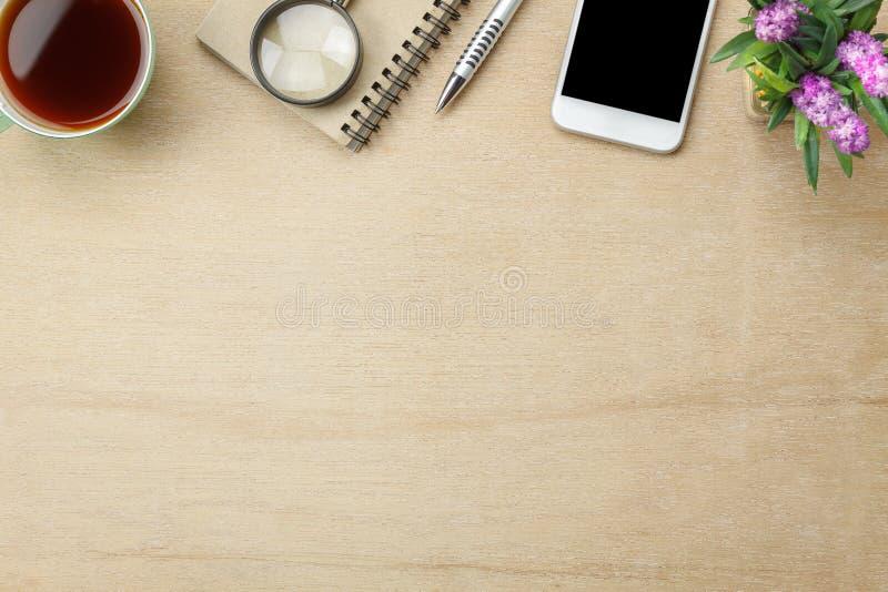 Imagem aérea da opinião de tampo da mesa estacionária no fundo da mesa de escritório imagem de stock