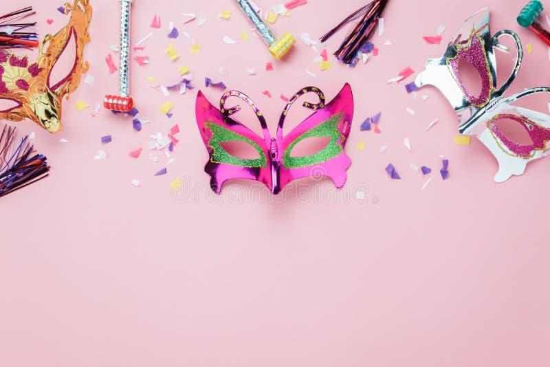 Imagem aérea da opinião de tampo da mesa da máscara do carnaval ou do suporte colorido bonito da cabine da foto fotografia de stock royalty free