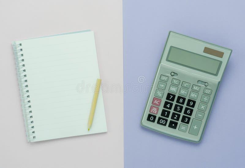 Imagem aérea da opinião de tampo da mesa de volta à escola de ensino ou do equipamento da finança do negócio & do fundo da aptidã foto de stock