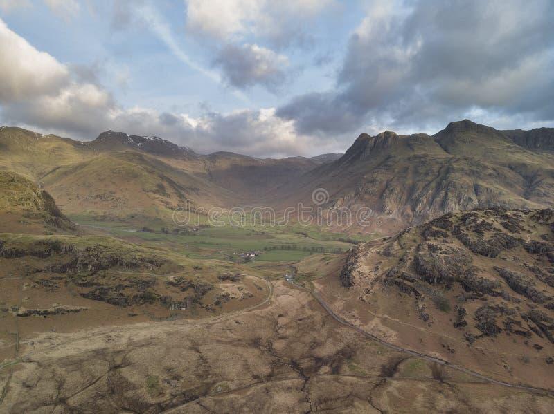 A imagem aérea da paisagem do nascer do sol do zangão original bonito de Blea Tarn e Langdales variam no distrito BRITÂNICO do la imagens de stock