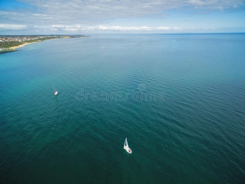 Imagem aérea de dois veleiros de navigação foto de stock