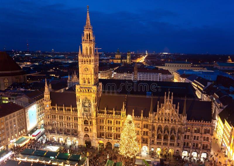 Imagem aérea de Munich com mercado do Natal fotos de stock