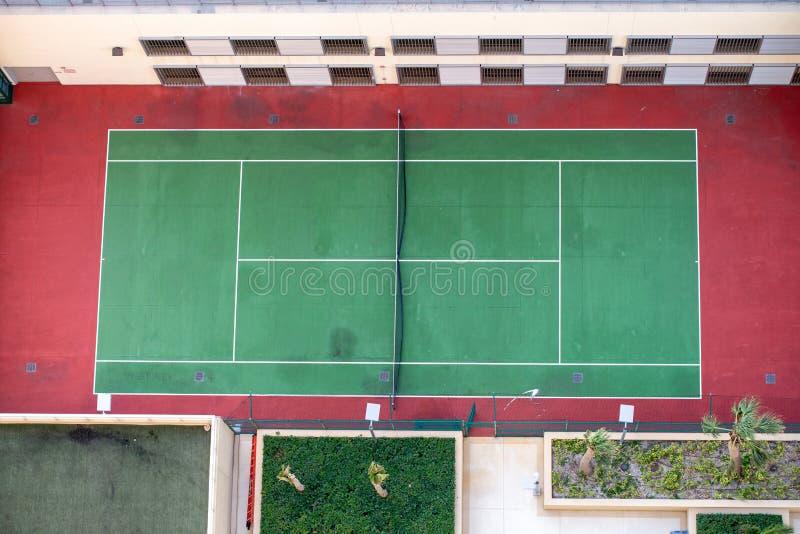Imagem aérea de wi duros verdes e vermelhos exteriores vazios do campo de tênis imagens de stock