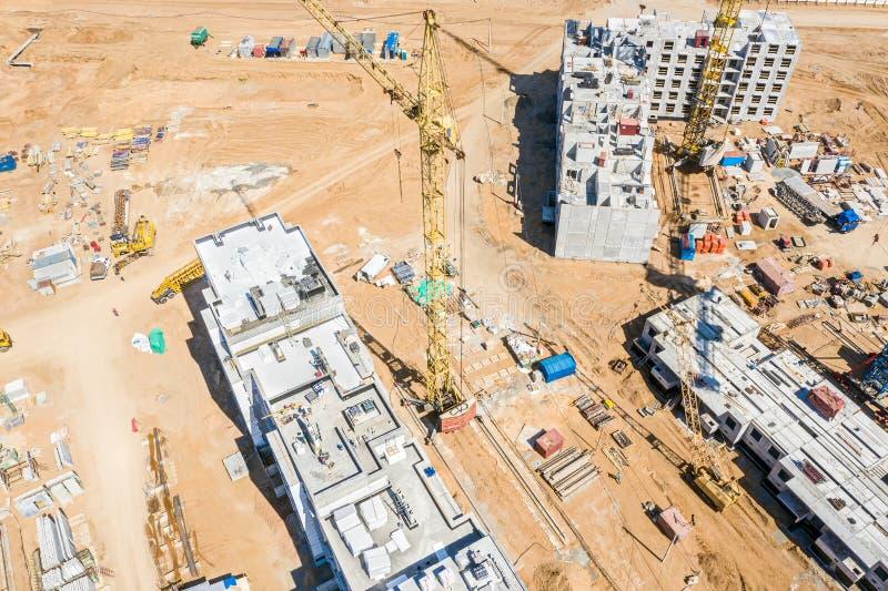 Imagem aérea do canteiro de obras da cidade com os guindastes de torre amarelos fotografia de stock royalty free
