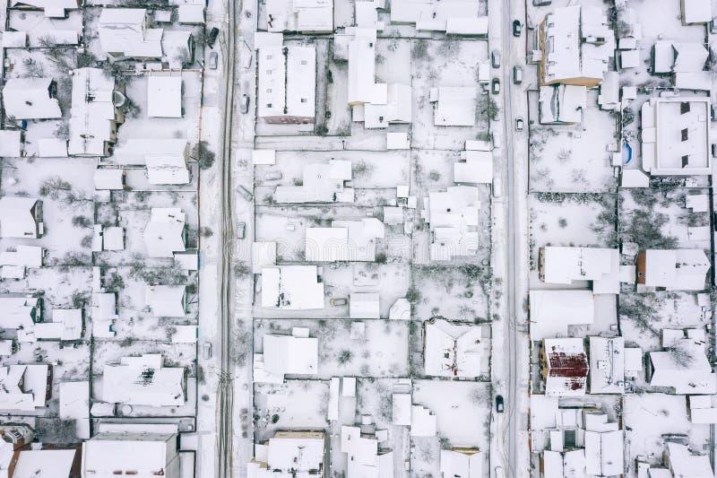 Imagem aérea do telhado do casas suburbanas durante o inverno fotografia de stock royalty free