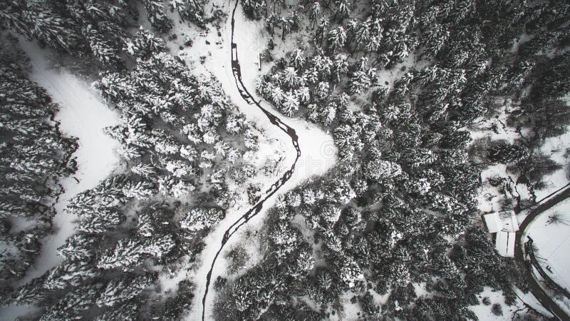 Imagem aérea do zangão da paisagem coberta na neve foto de stock