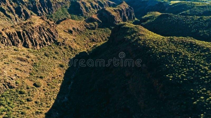 Imagem aérea do zangão de penhascos e de vales impressionantes bonitos da paisagem em um dia ensolarado imagens de stock