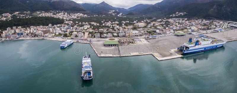 Imagem aérea do zangão do porto de Igoumenitsa no carregamento de Grécia e das embarcações/que descarrega fotografia de stock royalty free